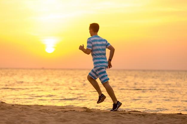 Junger mann joggen an der küste