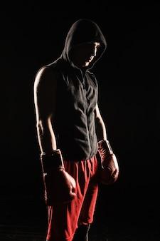Junger mann kickboxen