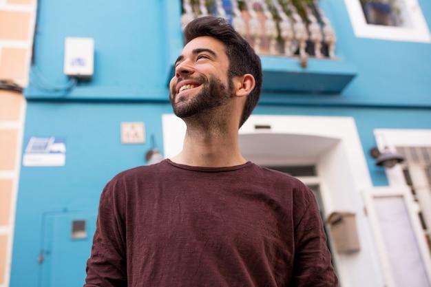 Junger mann lachend und glücklich