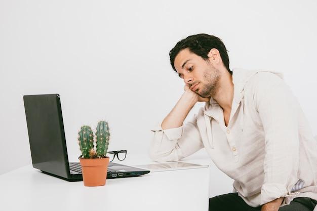 Junger mann langweilte bei der arbeit