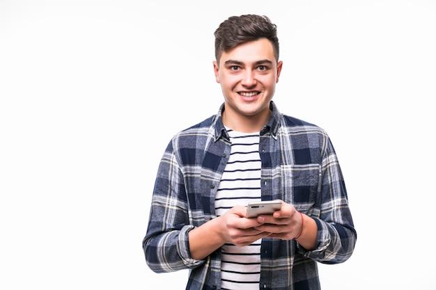 Junger mann las nachrichten auf neuem handy in lichtkoffer