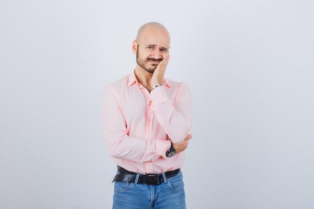 Junger mann leidet an zahnschmerzen