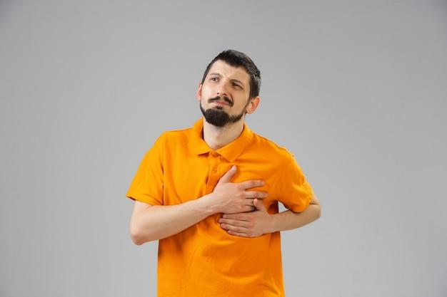 Junger mann leidet unter schmerzen fühlt sich krank und schwach