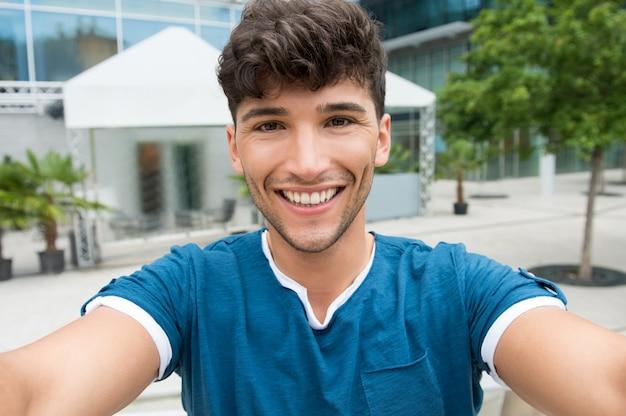 Junger mann macht ein selfie