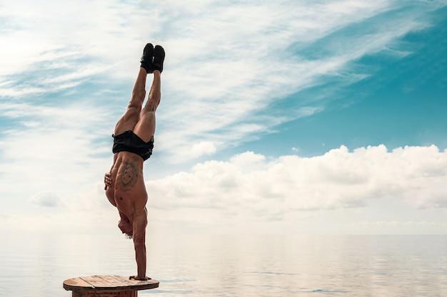 Junger mann macht street workout handstand übung körpergewicht