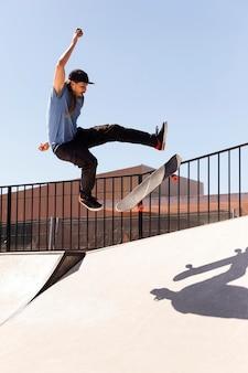 Junger mann macht trick auf skate