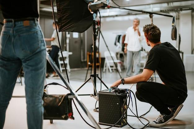 Junger mann mit akku in einem studio