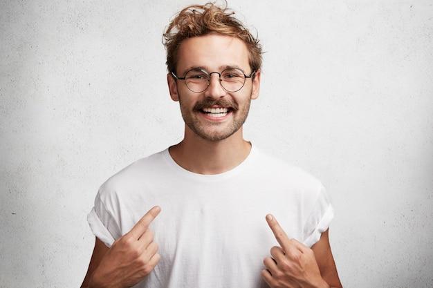Junger mann mit bart und runder brille