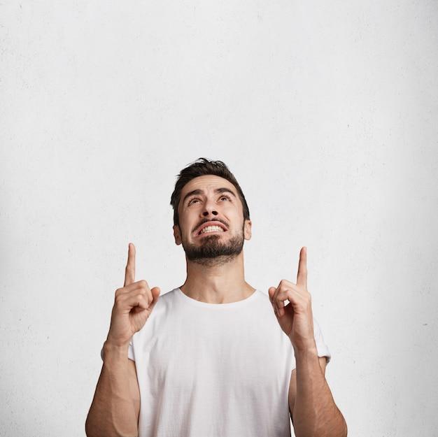 Junger mann mit bart und weißem t-shirt