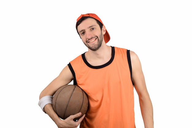 Junger mann mit basketballkugel.