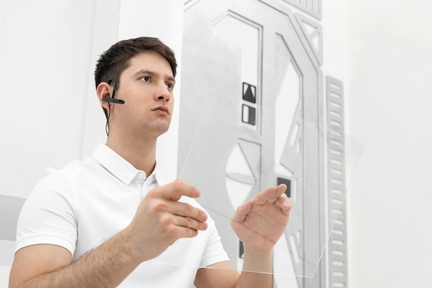 Junger mann mit bluetooth-kopfhörer