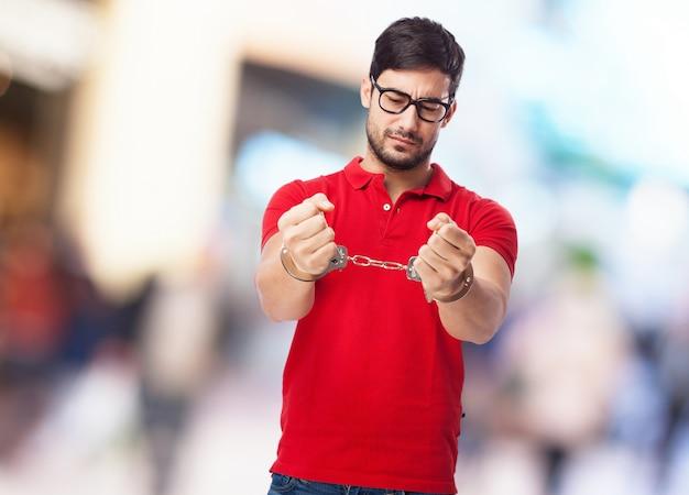 Junger mann mit brille verhaftet
