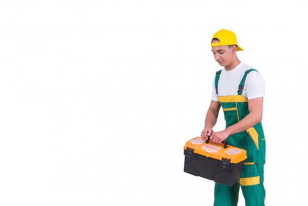 Junger mann mit dem toolkit-werkzeugkasten lokalisiert auf weiß