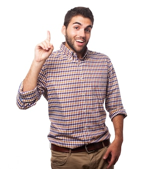 Junger mann mit dem zeigefinger nach oben zeigt.