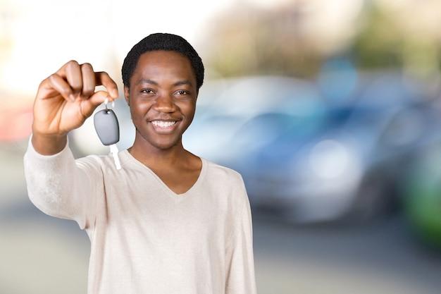 Junger mann mit den schlüsseln stehen
