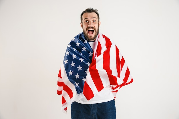 Junger mann mit der flagge der vereinigten staaten von amerika