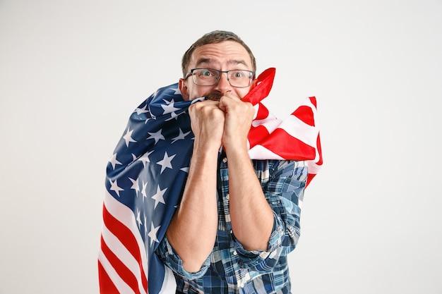 Junger mann mit der flagge der vereinigten staaten von amerika Kostenlose Fotos