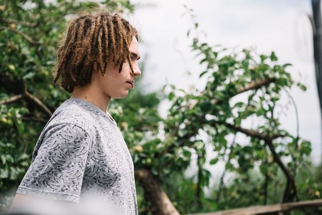 Junger mann mit dreadlocks