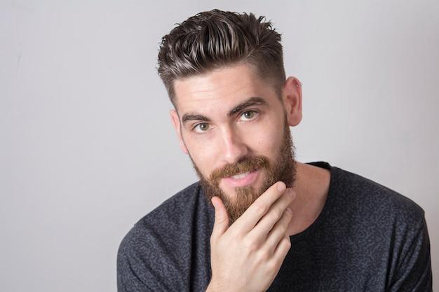 Junger mann mit durchdringendem blick