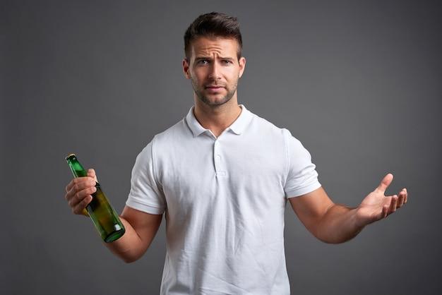 Junger mann mit einem bier