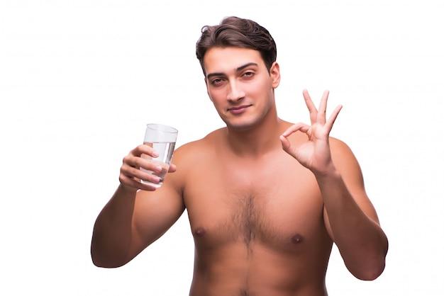 Junger mann mit einem glas wasser