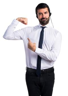 Junger mann mit einem headset macht starke geste