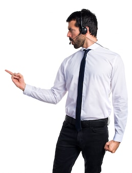 Junger mann mit einem headset schreit