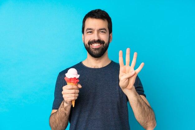 Junger mann mit einem kornetteis glücklich und zählt vier mit den fingern