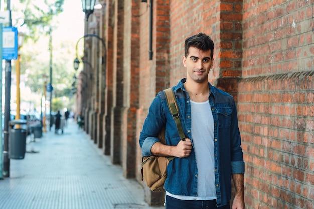Junger mann mit einem rucksack