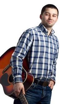Junger mann mit einer akustikgitarre