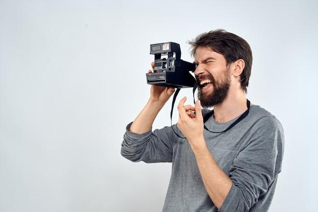 Junger mann mit einer alten kamera