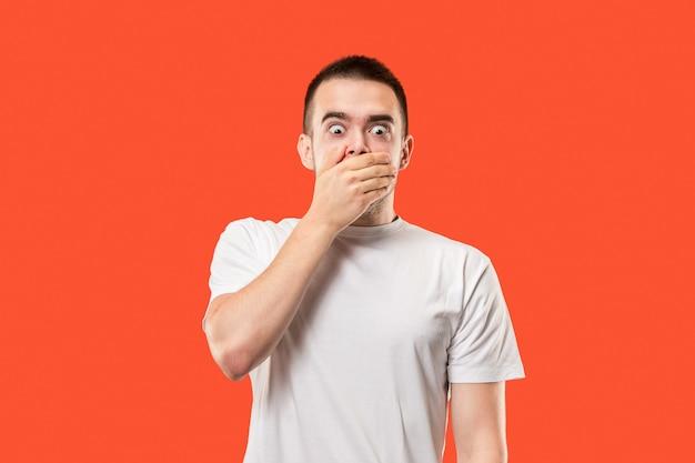 Junger mann mit einer hand auf dem mund