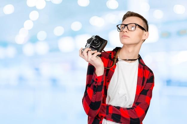 Junger mann mit einer weinlesekamera