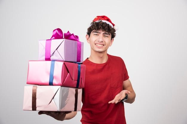 Junger mann mit geschenkboxen
