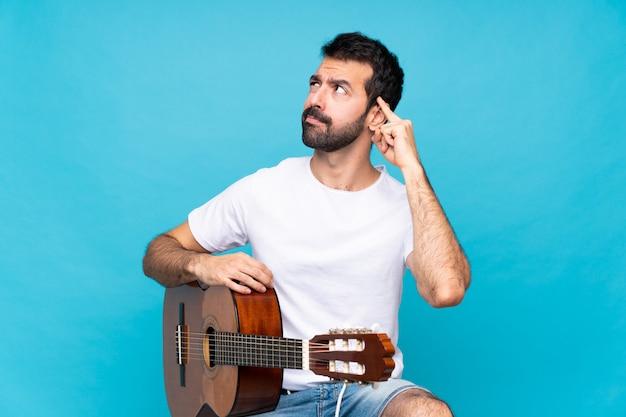 Junger mann mit gitarre