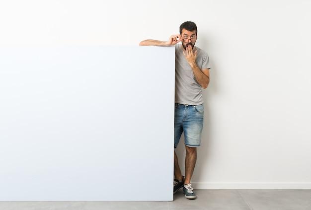 Junger mann mit großem plakat