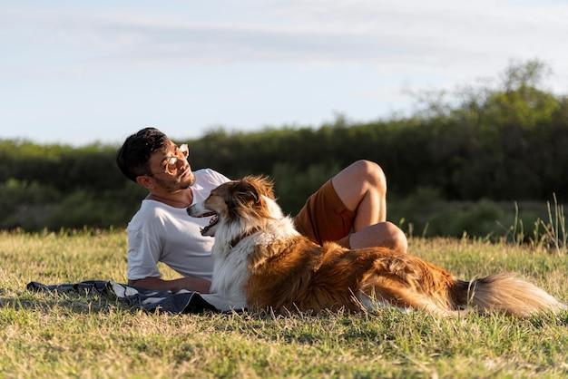 Junger mann mit hund am meer