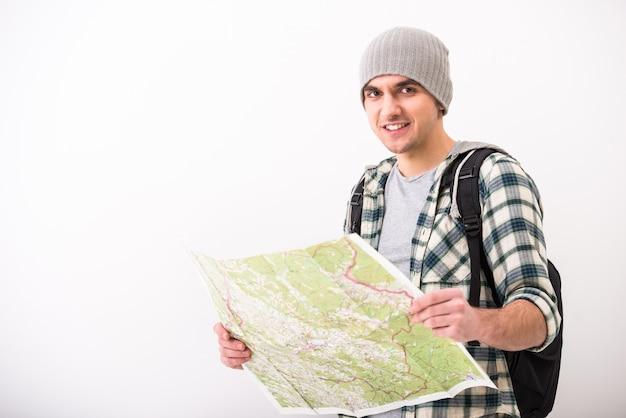 Junger mann mit karte und exemplar