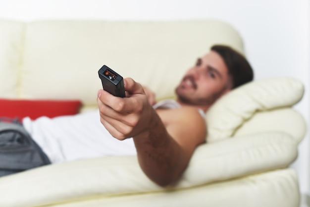 Junger mann mit kontrolle und filme gucken