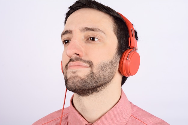 Junger mann mit kopfhörer