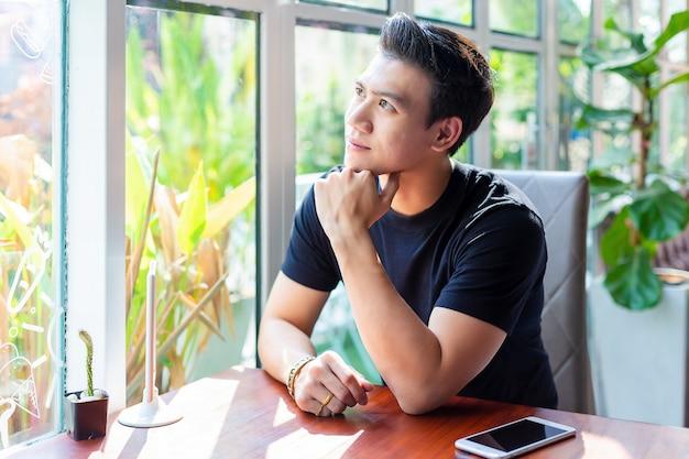 Junger mann mit lebensstil in der kaffeestube