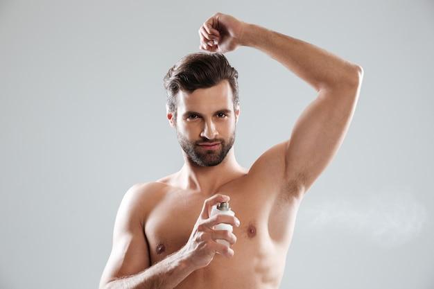 Junger mann mit parfüm