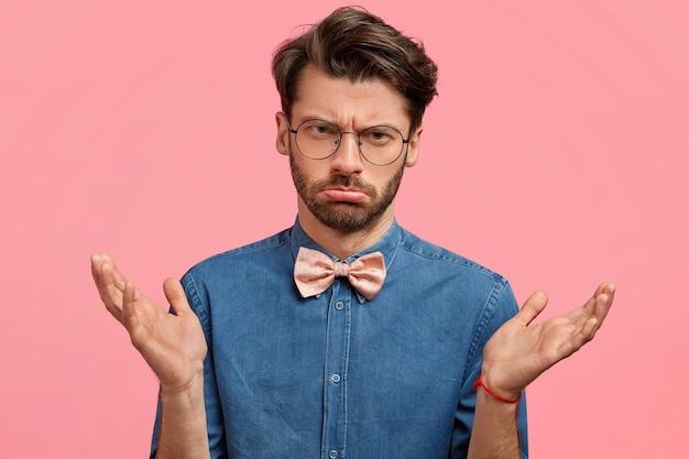 Junger mann mit runder brille und rosa fliege