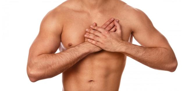 Junger mann mit schmerzen in der brust