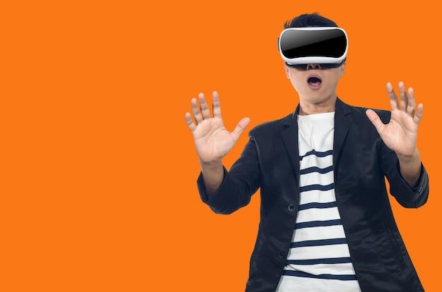 Junger mann mit schutzbrillen für virtuelle realität.