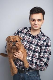 Junger mann mit seinem hund.