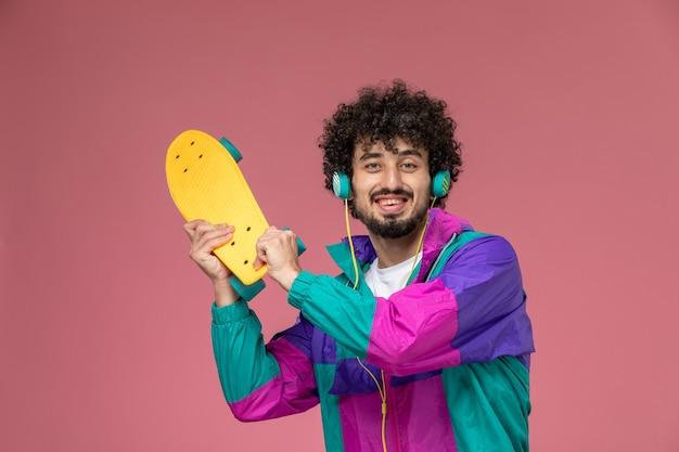 Junger mann mit seinem scate board
