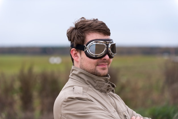Junger mann mit steampunk-fliegerbrille
