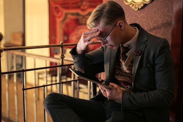 Junger mann mit tablette