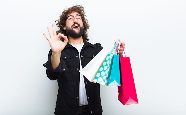 Junger mann mit verrückten haaren in bewegung einkaufen